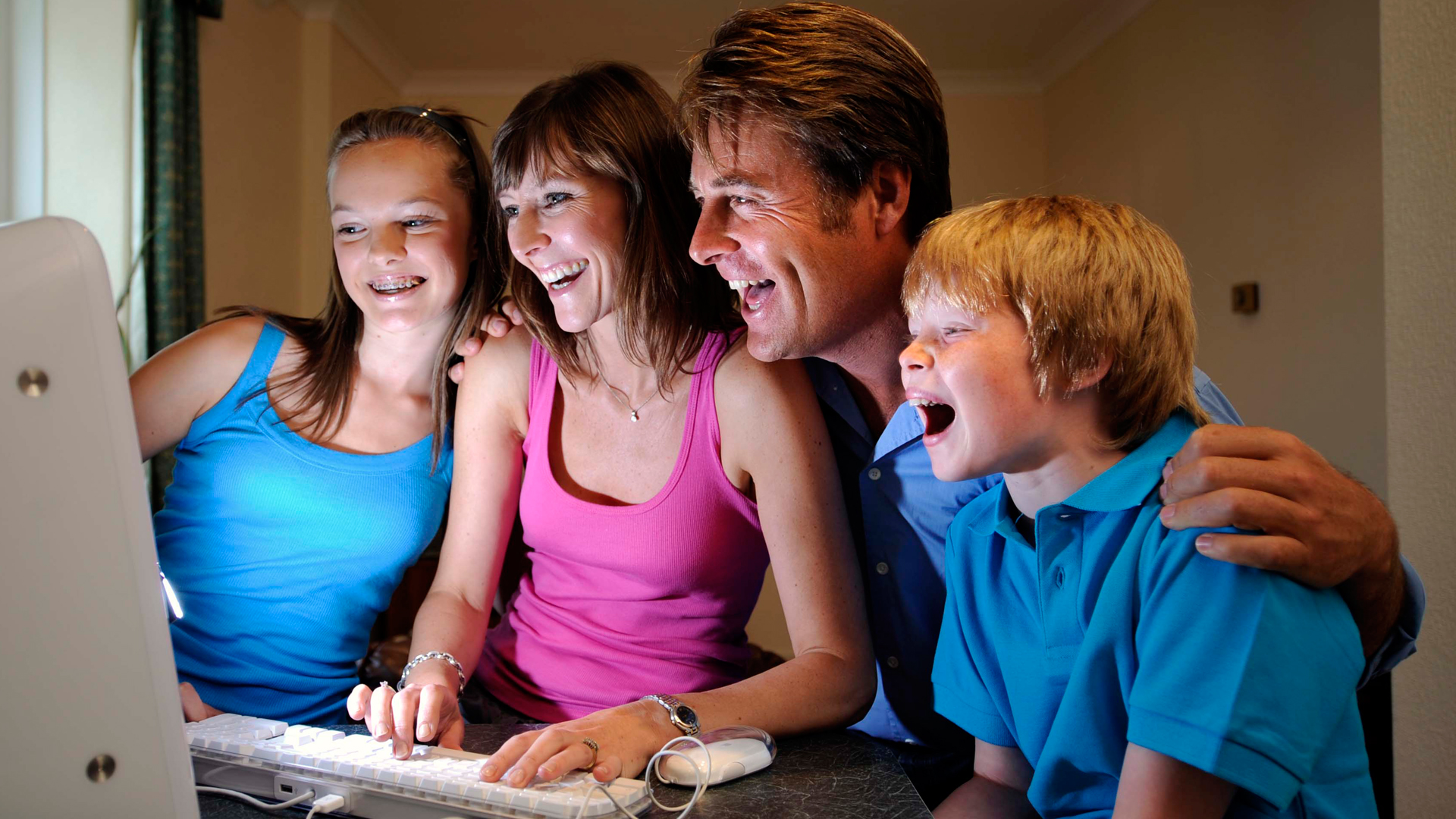 family-booking-holiday-online